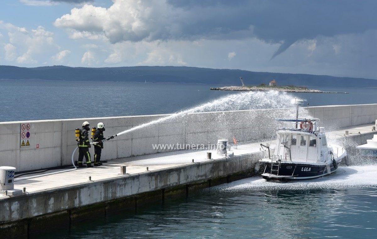 FOTO/VIDEO Požar zahvatio brod u marini, vatrogasci jurišaju na vatru